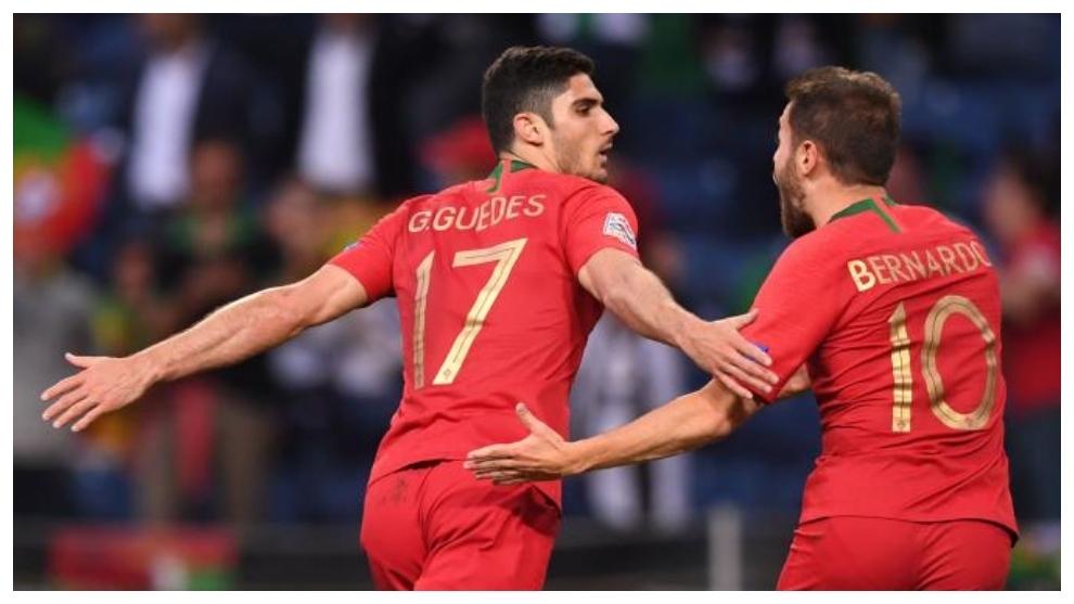 Guedes y Bernardo Silva celebran el gol a Holanda.