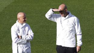 Antonio Pintus y Zinedine Zidane, en un entrenamiento del Real Madrid