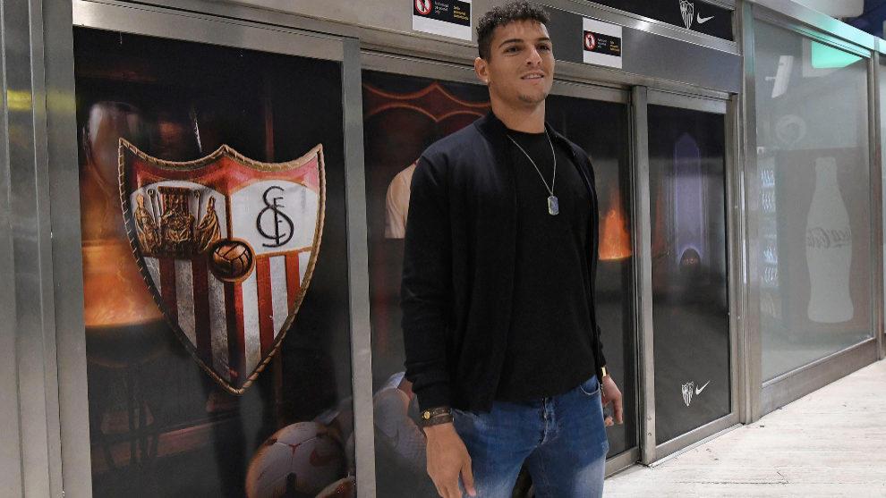 Diego Carlos, en el aeropuerto de Sevilla.