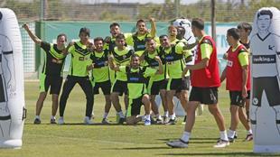 Varios jugadores del Elche durante un entrenamiento.