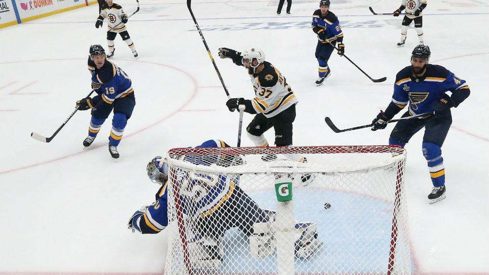 Patrice Bergeron, con el 37, celebra el primer gol de los Bruins