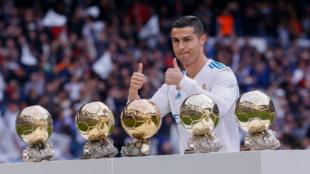 Cristiano Ronaldo posa con los cinco premios Balón de Oro que ha...