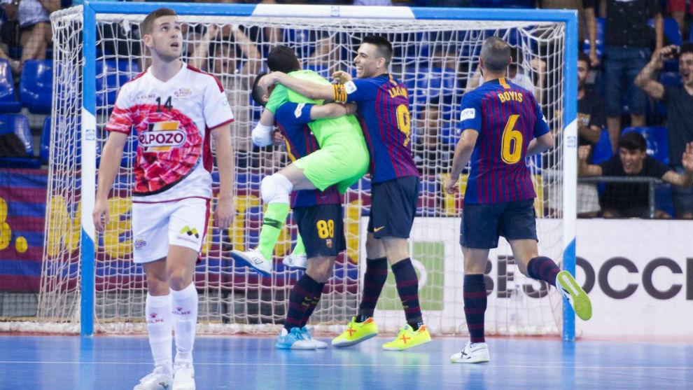 Fernan mira al marcador del Palau mientras Didac celebra su gol a...