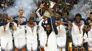 Harden levanta el trofeo del Mundial 2014.