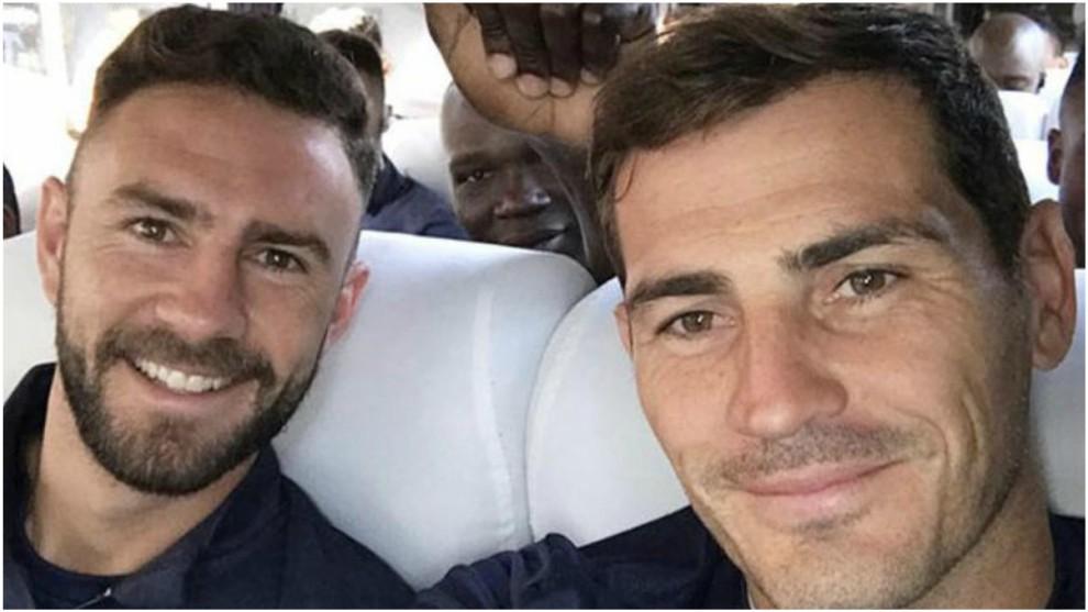 Miguel Layún, junto a Iker Casillas.