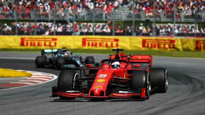 Sebastian Vettel, liderando la carrera en Montreal por delante de...