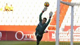 Alex Remiro, en un partido con el Huesca, equipo en el que estuvo...