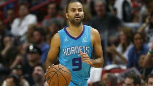 Tony Parker, conduciendo el balón en un partido de los Hornets