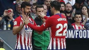 Morata y Costa se saludan en un cambio