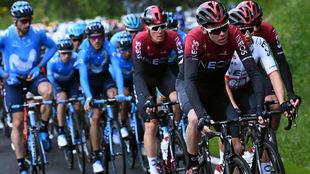 Chris Froome con su equipo y Nairo Quintana con el suyo en la segunda...