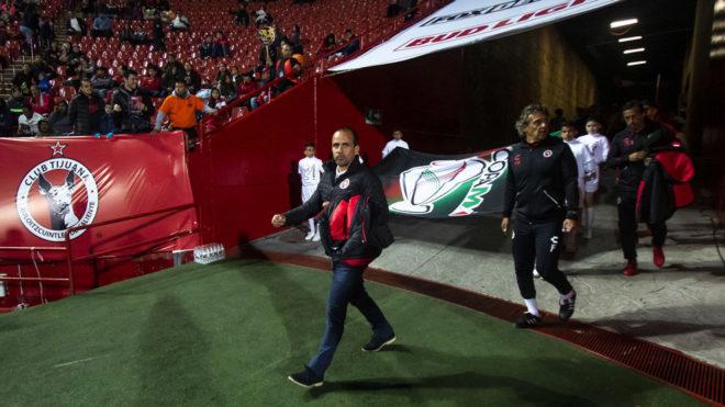 Óscar Pareja camina al terreno de juego del Estadio Caliente.