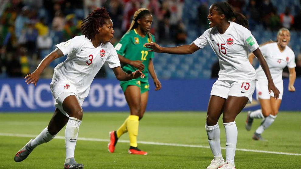 Kadeisha Buchanan celebra su gol.