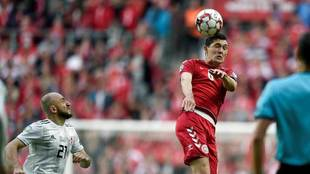 Andreas Christensen disputa el balón con Valeriane Gvilia