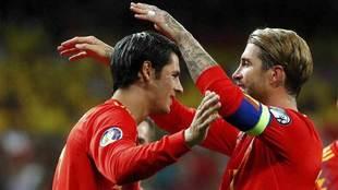 Ramos felicita a Morata tras marcar el gol.