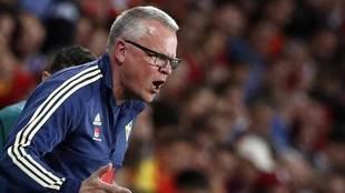 El seleccionador de Suecia, Andersson, durante el partido ante...