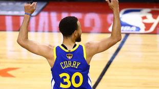 Curry celebra un triple