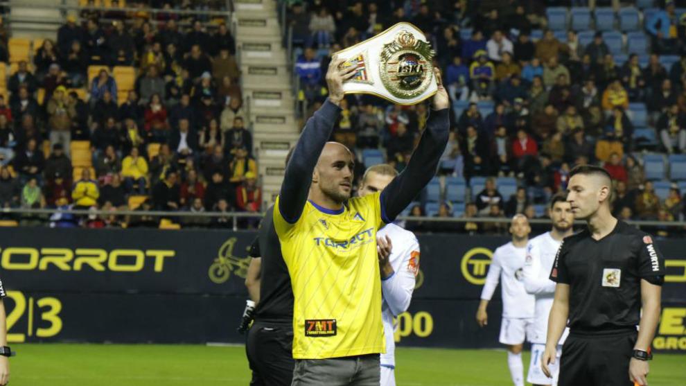 Carlos Coello exhibe uno de sus cinturones de campeón del mundo en el...