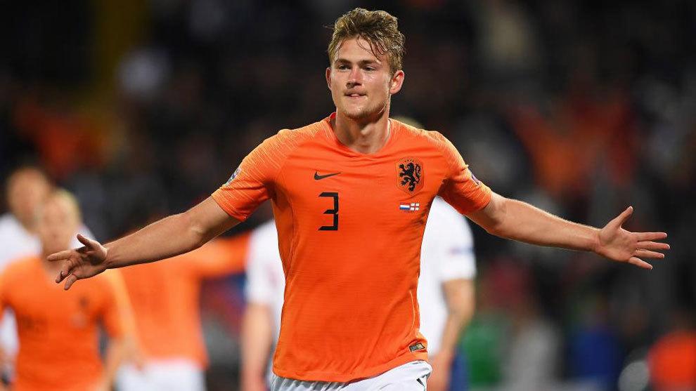 Matthijs de Ligt celebrates scoring a goal for the Netherlands.