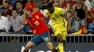Isak, en una acción del España-Suecia de ayer con Fabián.