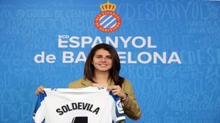 Paola Soldevila posa con la camiseta del Espanyol.