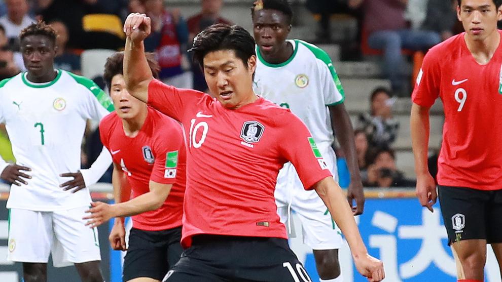 Kangin Lee, en el momento de ejecutar el penalti ante Senegal en el...