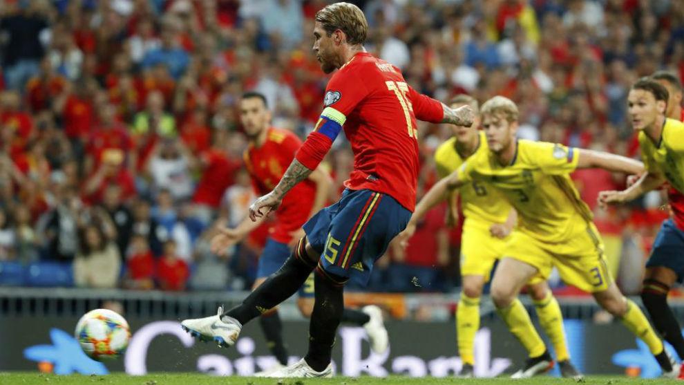 Sergio Ramos, en el momento de lanzar el penalti ante Suecia.