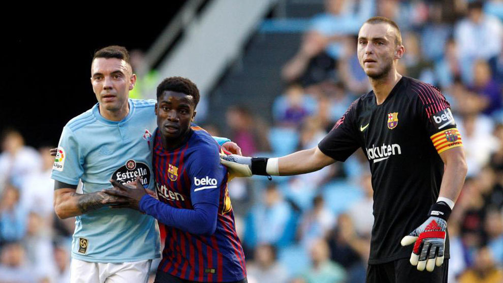 Moussa Wague between Iago Aspas and Jasper Cillessen.