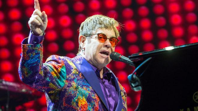 Elton John durante uno de sus conciertos