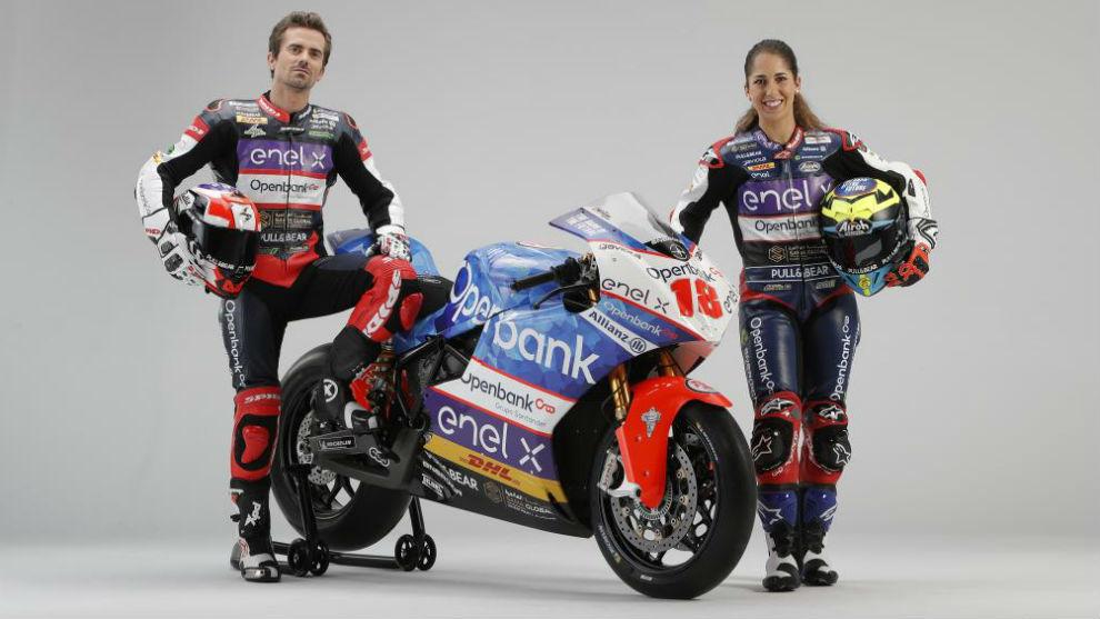 Nico Terol y María Herrera, junto a la nueva MotoE del equipo...