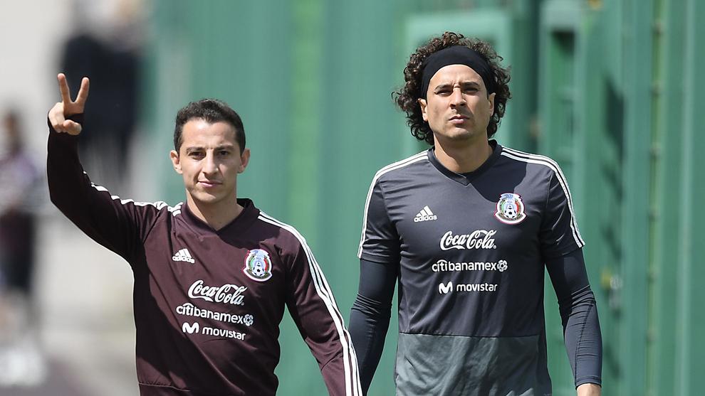 Andrés Guardado y Guillermo Ochoa en la concentración