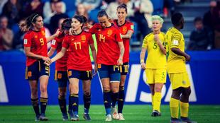 Las jugadoras de España celebran uno de los goles marcados ante...