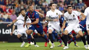 Vezo busca un balón en el área en el último partido entre Valencia...