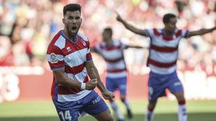 Fede Vico celebra un gol con el Granada esta temporada.