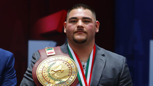 Andy Ruiz posa con su cinturón de campeón vitalicio
