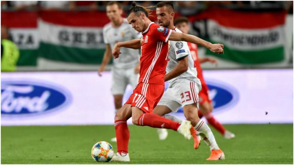Bale trata de disparar ante Hungría.