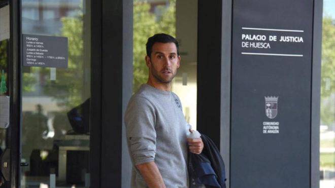 Iñigo López tras ser puesto en libertad con cargos tras ser detenido...