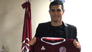 Ezequiel Muñoz posa con su nueva camiseta.