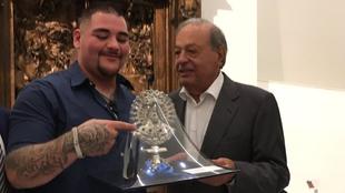 El Ingeniero Carlos Slim Helú entregó un reconocimiento al boxeador...