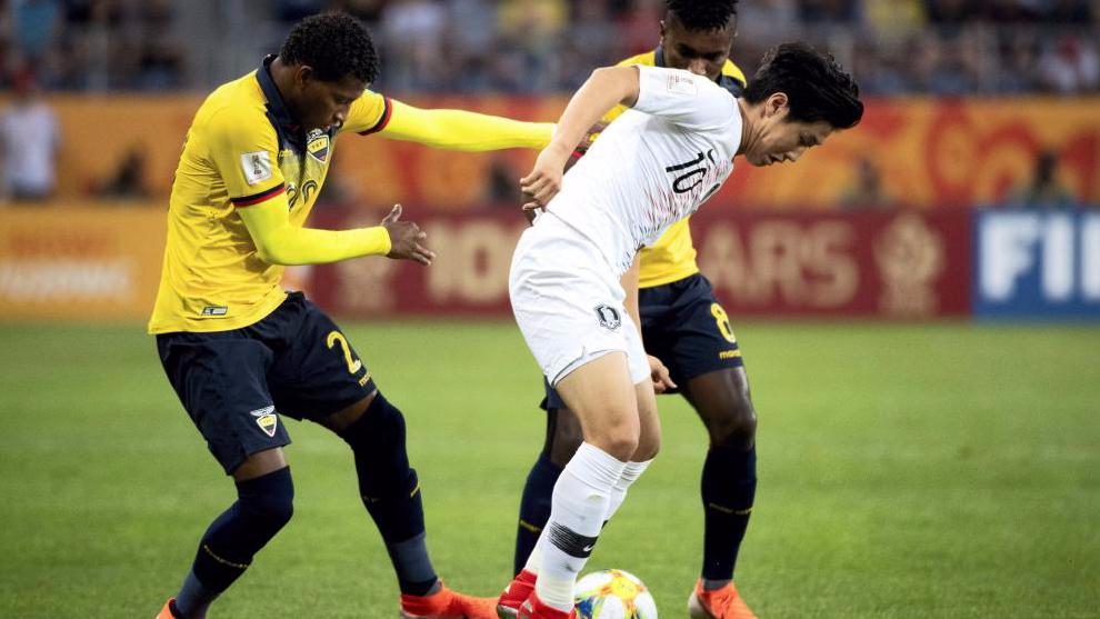 Kang In Lee, entre dos rivales de Ecuador durante la semifinal del...