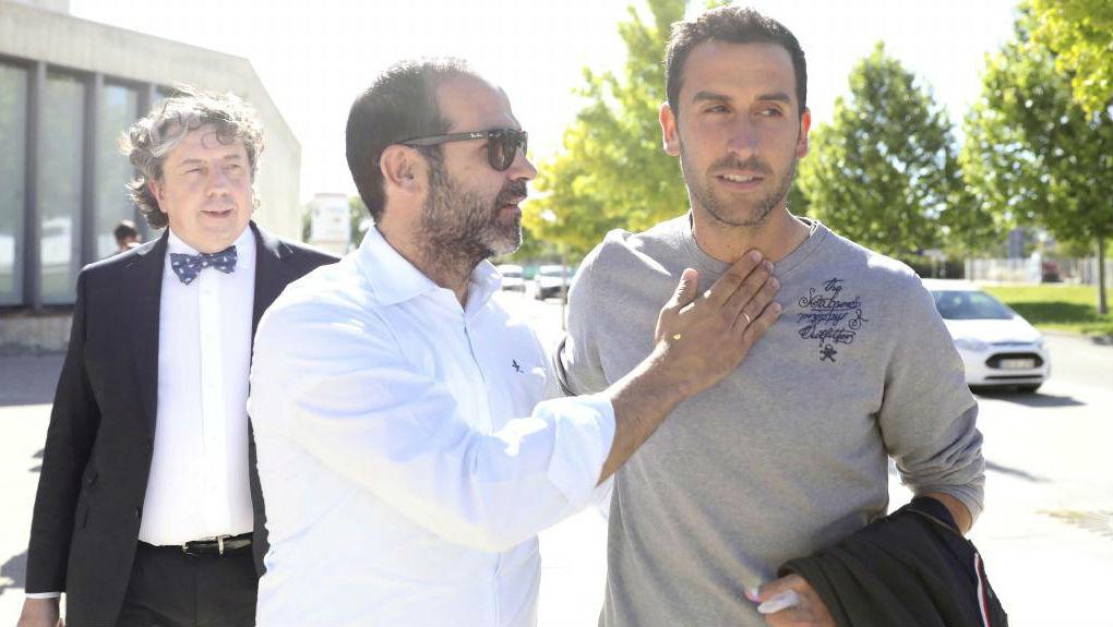 Íñigo López, nada más salir de los juzgados de Huesca, acompañado...