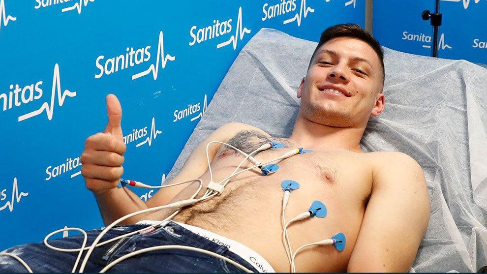 Luka Jovic, pasando reconocimiento médico
