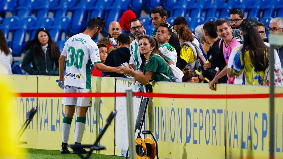 Andrés Martín, junto a los aficionados en un partido del Córdoba.