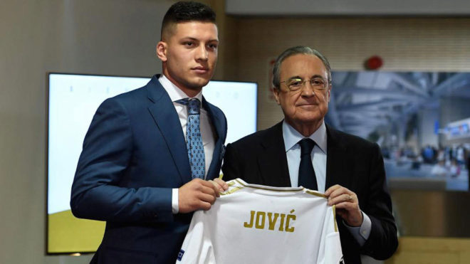 Luka Jovic and Florentino Perez with the Serbian's new shirt.