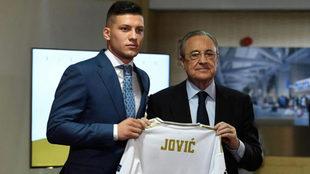 Luka Jovic, con Florentino Pérez y su nueva camiseta.