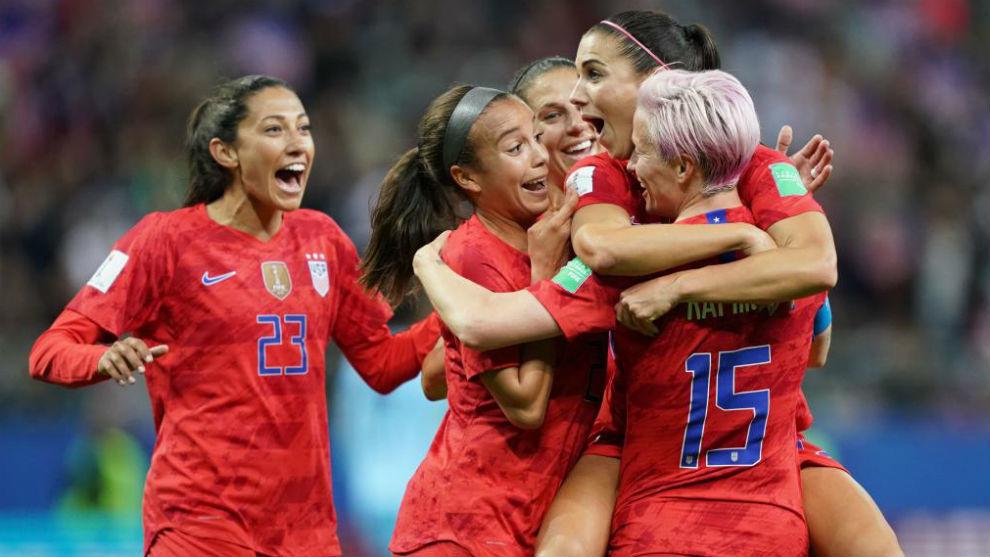 Las jugadoras de Estados Unidos celebran uno de sus 13 goles.