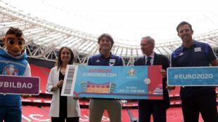 Los embajadores de la Eurocopa en España, Julen Guerrero, (c) y...