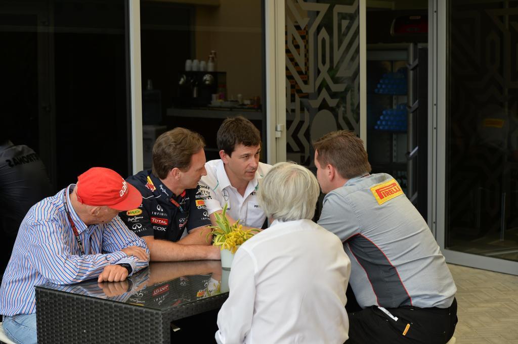 Niki <HIT>Lauda</HIT> (AUT) Mercedes AMG F1 Presidente no ejecutivo, Christian Horner (GBR) Red Bull Racing Team Principal, Toto Wolff (AUT) Mercedes AMG F1 Director de Motorsport, <HIT>Bernie</HIT> Ecclestone (GBR) CEO Formula One Group (FOM) y Paul Hembery (GBR) Pirelli Motorsport. cuarta prueba del Mundial, en el circuito de Sakhir (Manama) Bahrein, el Domingo 21 de abril de 2013