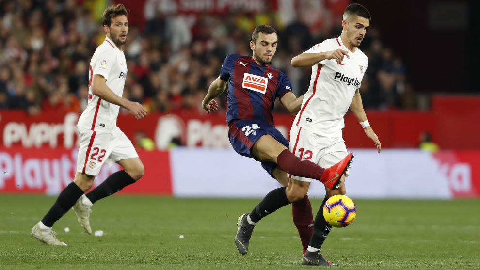 Jordán (24) pelea el balón con André Silva (23) ante la mirada de...
