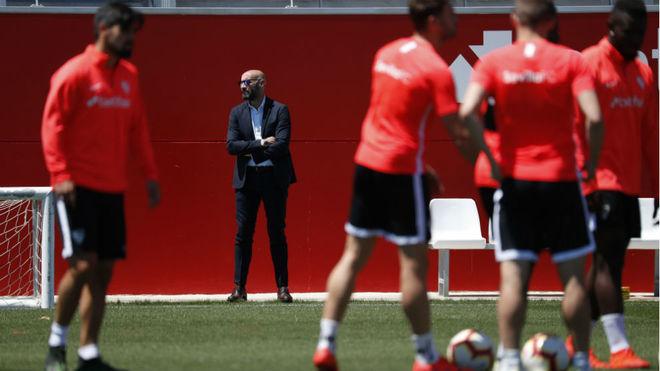 Monchi, al fondo de un entrenamiento del Sevilla.