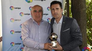 Sendoa Agirre recibe el premio a delegado de LaLiga.